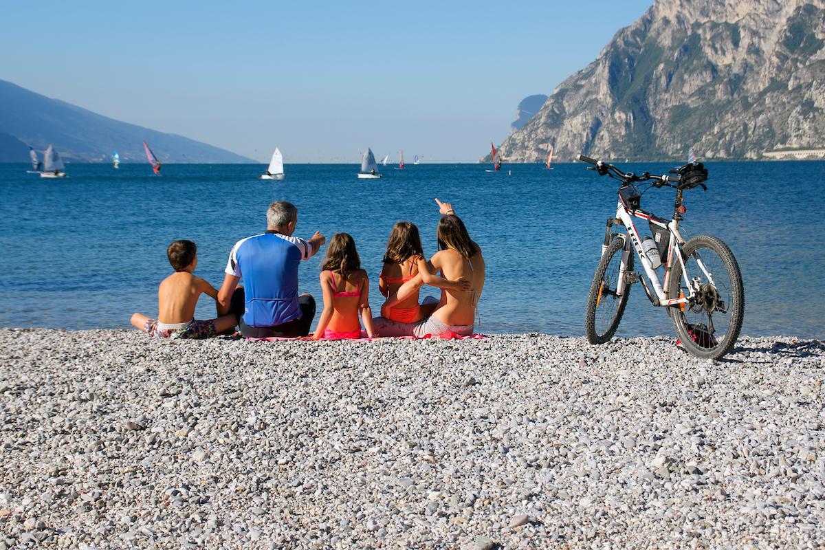 Famiglia di turisti nel Garda Trentino